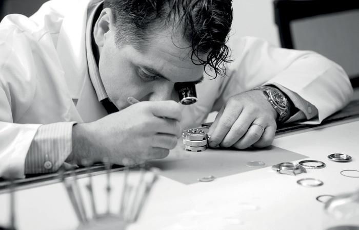 Laboratorio di orologeria Rabino Cuneo, Piemonte. Concessionario autorizzato di alcuni tra i principali marchi di orologeria, tra cui Rolex, Patek Philippe, Iwc, Tudor, Chanel, Baume & Mercier e Gucci.